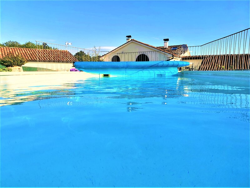 Amazingly renovated old stone house with large private outdoor pool, location de vacances à Permani