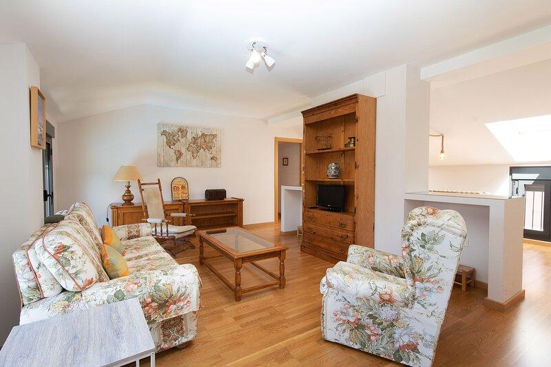 Tranquilo apartamento céntrico a estrenar, vacation rental in Jaca