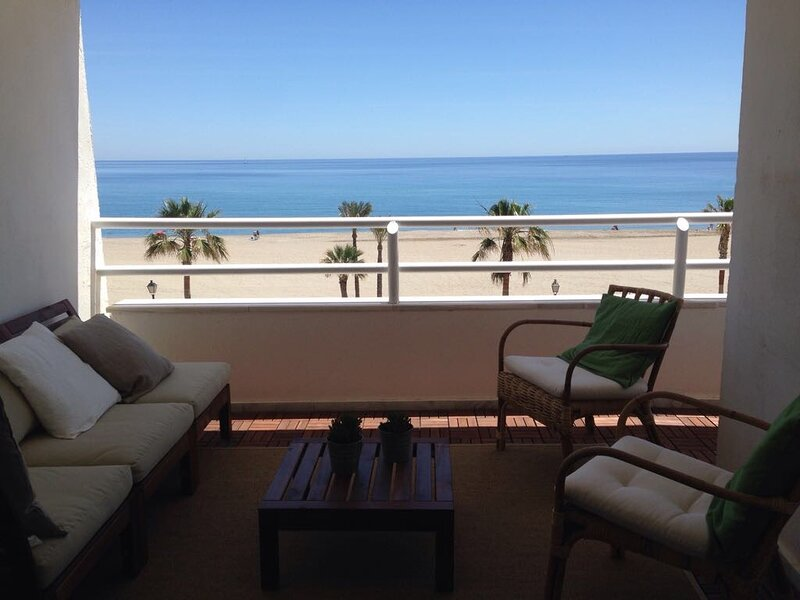 Piso Olivia - Frontline apartment with a lovely view, holiday rental in Playa Macenas