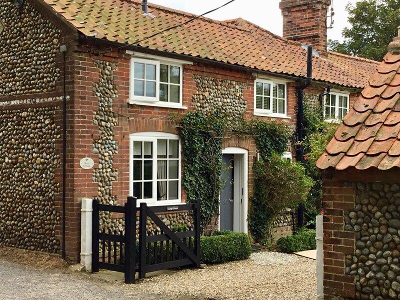 Wren Cottage, cosy North Norfolk cottage, near Holt., vacation rental in Briston