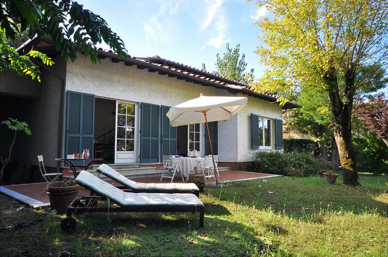 VILLA IL FORTE WITH BIG GARDEN 800 mtr from beach, vacation rental in Forte Dei Marmi