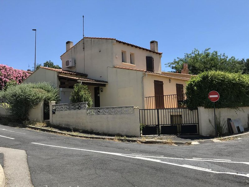 Bora Bora Immaculate 3-Bed Villa in Béziers, holiday rental in Beziers