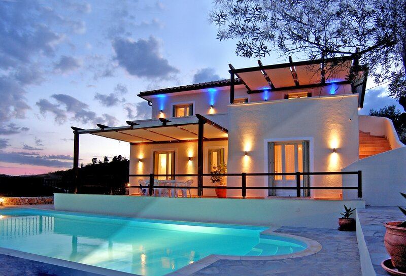 Alonissos 4-bedroom Large Villa With Private Pool, vacation rental in Alonnisos Town