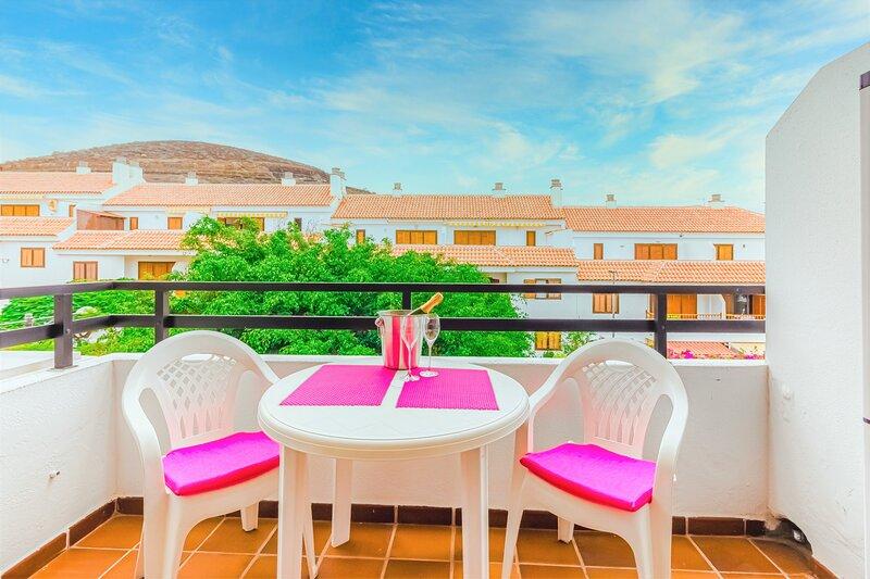 Playa Las Vistas One Bedroom Studio Apartment & Balcony, holiday rental in Los Cristianos