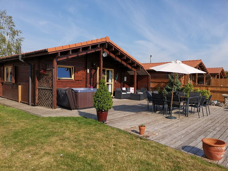 Warbler Lodge, Tattershall Lakes a traditional lakeside pine cabin with hot tub., holiday rental in Freiston