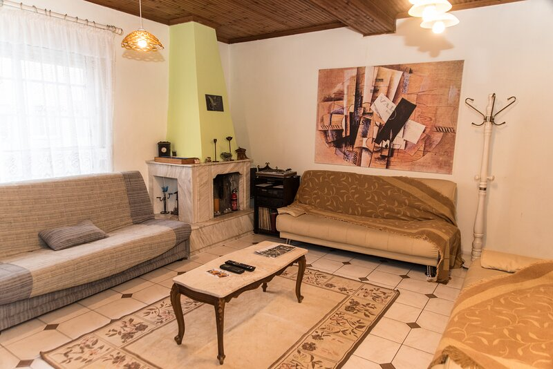 Apartment in City Centre , great view , 5 beds-Διαμέρισμα κεντρικό 5 κρεβάτια, holiday rental in Xanthi
