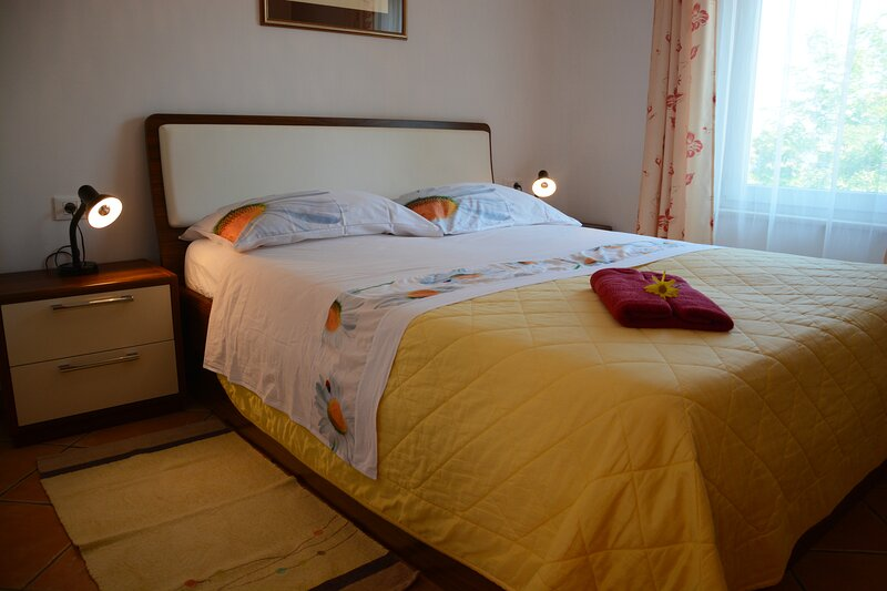 Apartment in Villa Almira 1BR w/Garden, 50m-> Beach, vacation rental in Izola