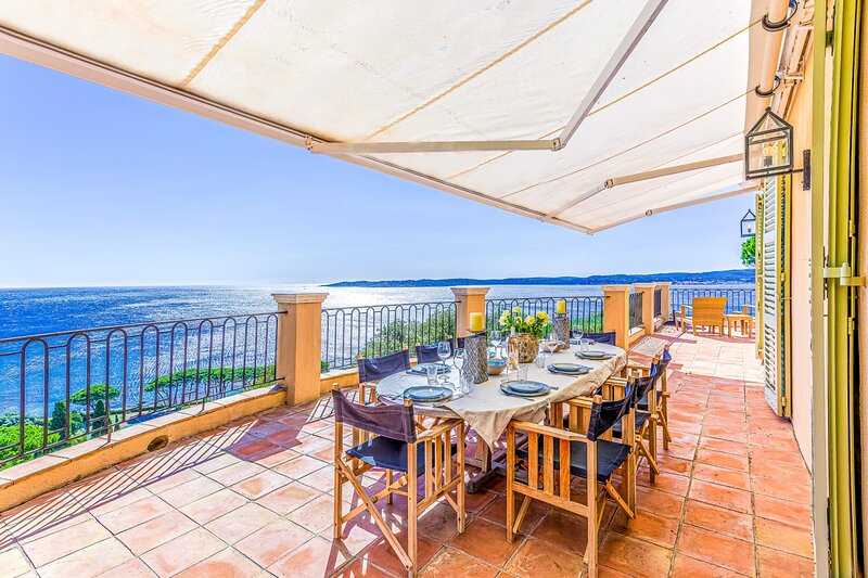 33633 villa 4 bedrooms, great sea views, infinity pool of 11 x 5 mtr, beach 2km, location de vacances à Sainte-Maxime