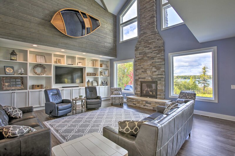 NEW! Luxury Lakefront Sanctuary w/Kayaks & Hot Tub, holiday rental in Maple City
