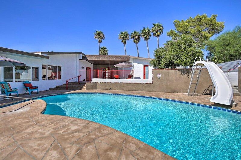 NEW! Airy Home w/Pool, 12 Mi to Dtwn Palm Springs!, alquiler de vacaciones en Morongo Valley