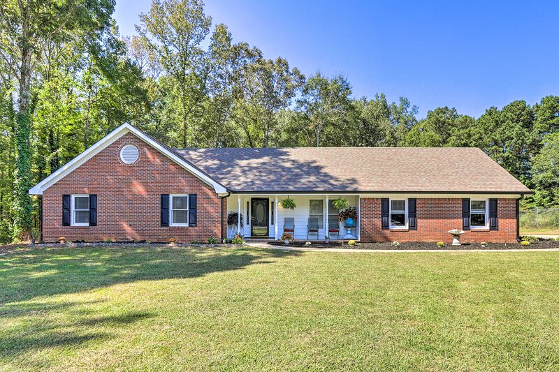 NEW! Spacious Home w/Yard, 10 Mi to Dtwn Covington, location de vacances à Conyers