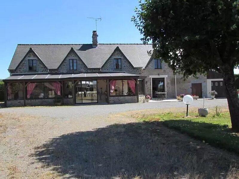 Charmante longère en pierre de pays d'une capacité de 14 couchages, holiday rental in Manche