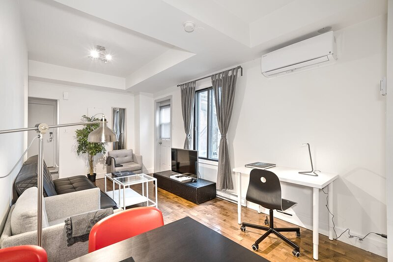 Liv MTL Save 60% Soho 2 Modern 1BR Amazing Rooftop Family + Pet Friendly*, vacation rental in Montreal