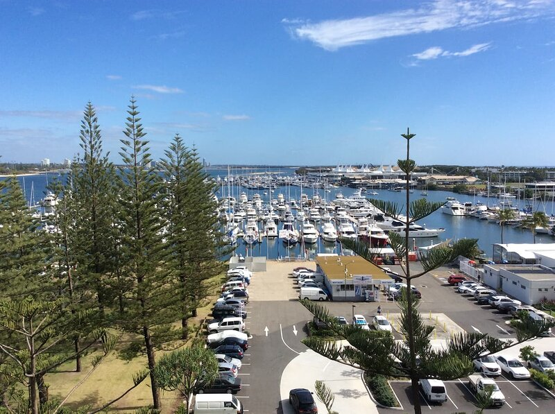 Main Beach Waterfront Apartment, holiday rental in Biggera Waters