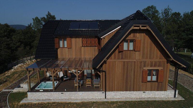 Luxury Vila with jacuzzi in the heart of Plitvice Lakes National Park., alquiler de vacaciones en Jezerce