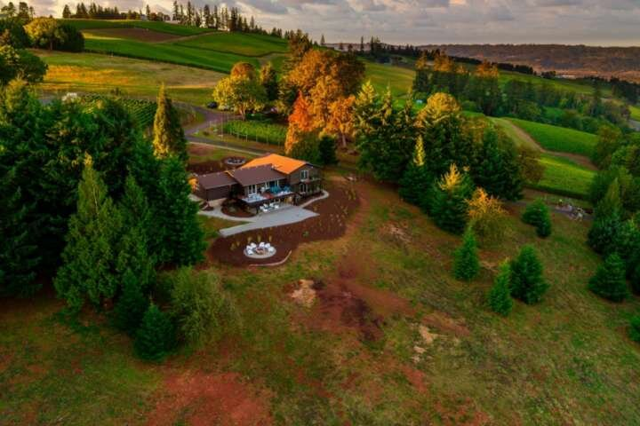 Impeccably Groovy Home, Panoramic Vineyard Views, 5 Kings, Huge Deck, Pool Table, holiday rental in Yamhill