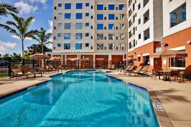 Comfy and Modern Unit! Pool, Restaurant, Parking, holiday rental in Dania Beach