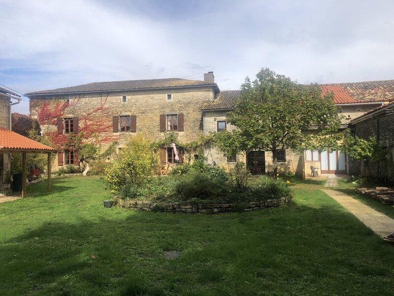 Blacksmiths Cottage in Blanzay - 3 beds, aluguéis de temporada em Savigne