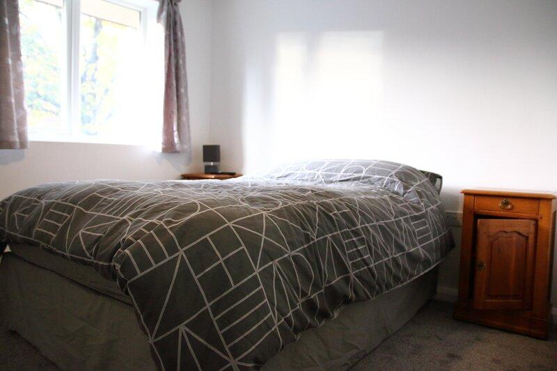 Private double room with en suite, wifi & netflix, location de vacances à Solihull