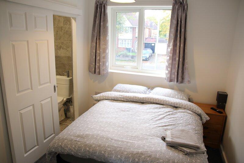 Double en suite room with wifi, TV & Netflix, location de vacances à Solihull