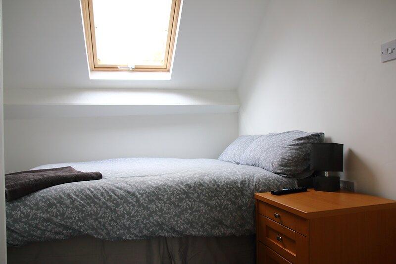 Private attic double room en suite TV wifi Netflix, location de vacances à Solihull