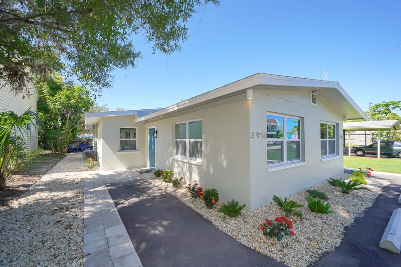Casa Freedom - ALL-NEW, Clean & Modern, Less than 3 miles to Beach!, holiday rental in Sarasota
