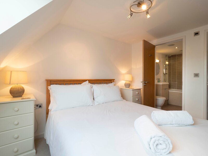 Adelaide Place - modern apartment with parking in the heart of Canterbury, vacation rental in Petham