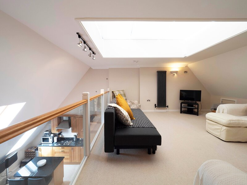 Adelaide Place - modern apartment with parking in the heart of Canterbury, holiday rental in Chartham