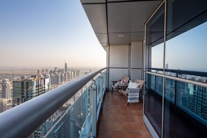 Luxurious 2BR Loft w/ City Views in Dubai Marina, holiday rental in Jebel Ali