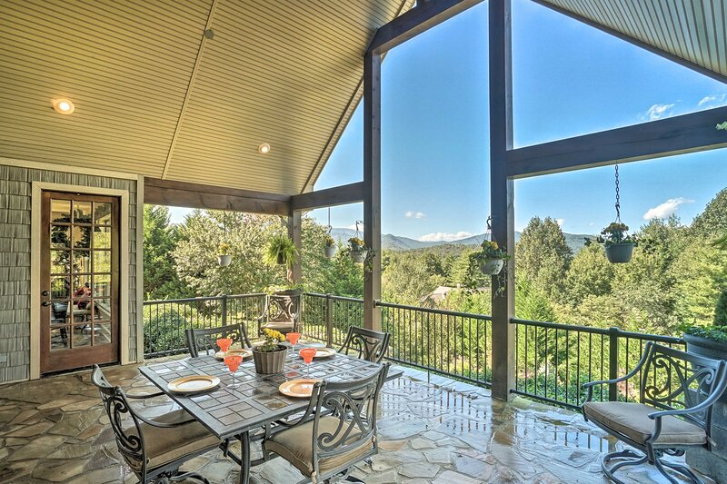 NEW! Upscale Mountain Home w/ View, 10 Mi to Dwtn!, holiday rental in McDonald