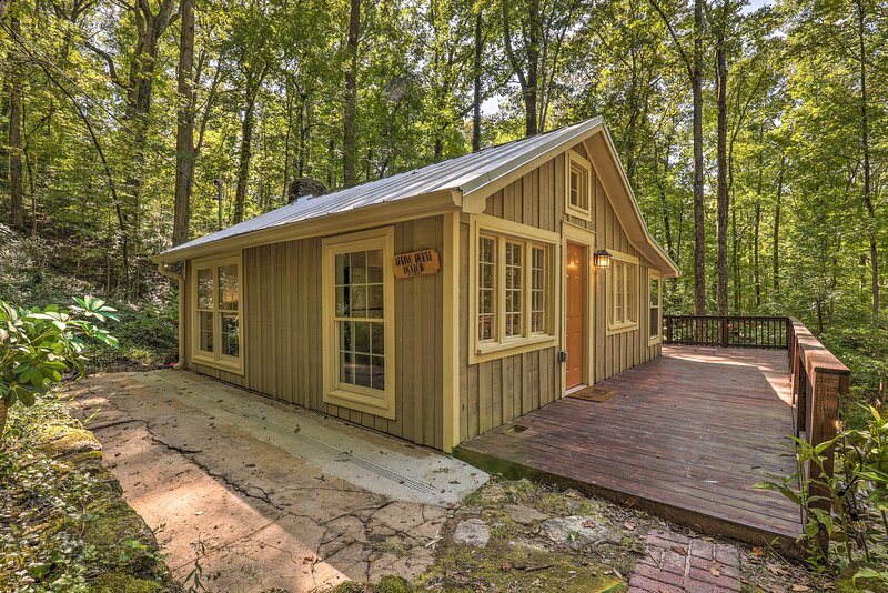 NEW! Private Cabin w/ Deck, 25 Miles from Atlanta!, vacation rental in Hickory Flat