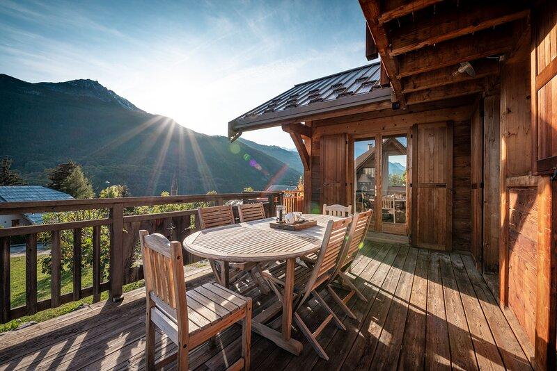 Grand Chalet Hibou proche des pistes avec une vue fantastique, holiday rental in Saint-Chaffrey