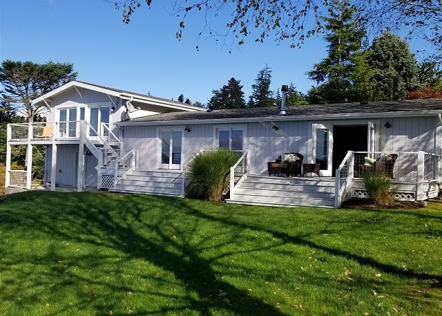 4 Bed 3 Bath 180° View of Admiralty Inlet high bank waterfront home (282), location de vacances à Greenbank