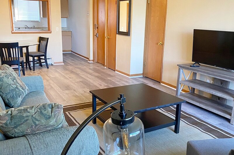 Modern, homey 2-bedroom in Toledo, holiday rental in Perrysburg