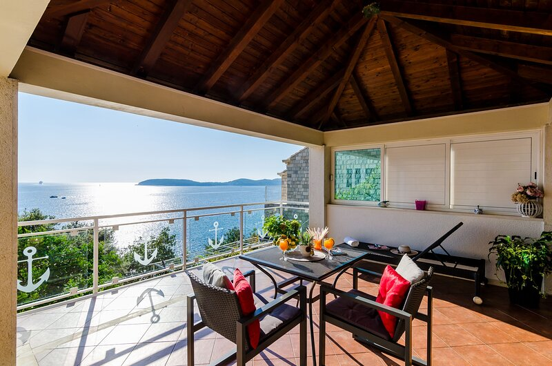 Indy's Beach  -Two Bedroom Apt with Balcony and Sea View, casa vacanza a Stikovica