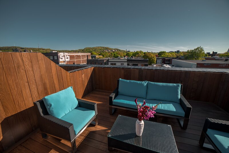 Stylish Mile End Condo with City Views from the Roof Deck, vacation rental in Montreal