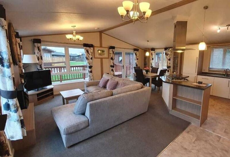 Tulip Lodge with hot tub, holiday rental in Little Habton