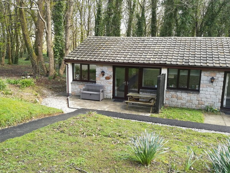 Well equipped self catering bungalow on 100 acre holiday village, holiday rental in Nancledra