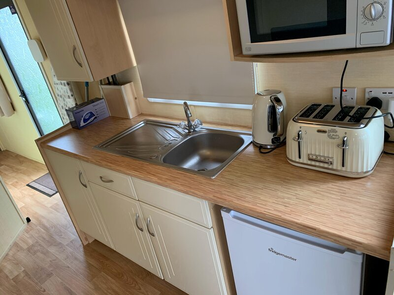 8 berth mobile home at Valley Farm holiday park in Essex ref 46037, vacation rental in Walton-on-the-Naze