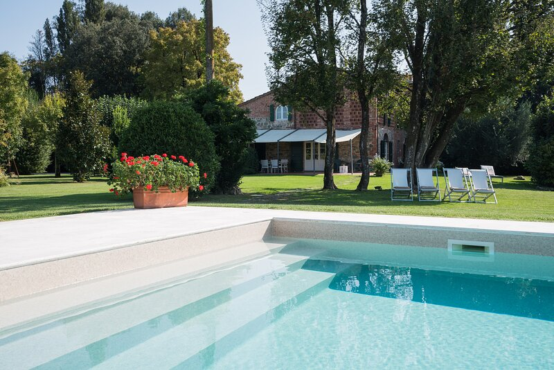 Villa close to Lucca with 5 bedrooms and 4 bathrooms with private pool and AC, holiday rental in Galleno