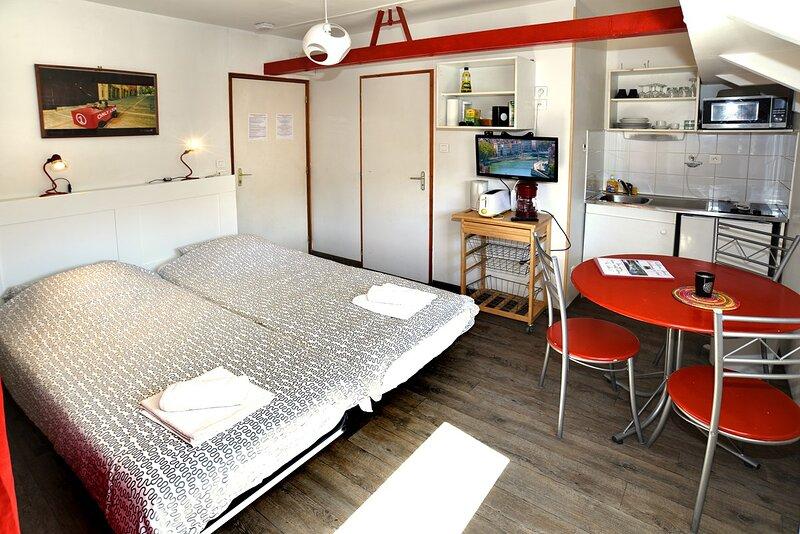 Studio Peniche au coeur de Lyon pour 2 personnes, insolite et calme, holiday rental in Montagny