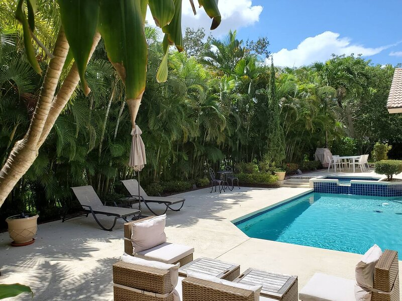Luxury villa in a private golf club community, location de vacances à North Lauderdale