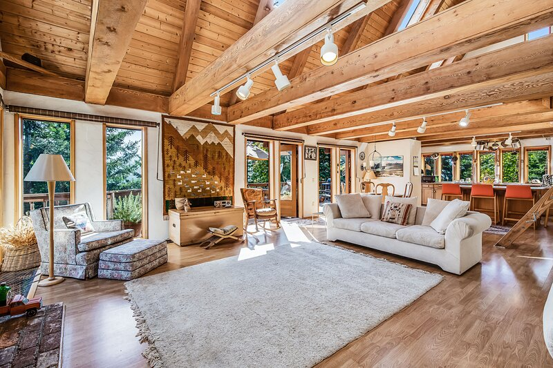 Elegant & massive, dog-friendly house w/mountain views & large furnished deck, aluguéis de temporada em Joyce