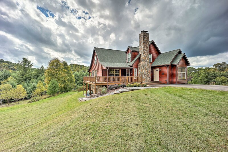 NEW! Large Mountain-View Manor w/Easy River Access, holiday rental in Piney Creek