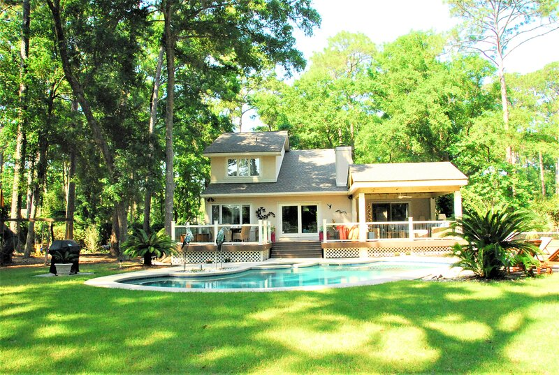 Private acre estate with Pickle ball court near beach, holiday rental in Hilton Head