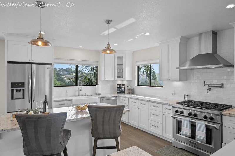 Newly Remodeled 4/4 with Bonus Room! Spectacular Valley Views!, casa vacanza a Del Rey Oaks