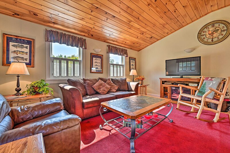NEW! Apt w/ Hot Tub & Deck, 10 Mi to Stowe Resort!, location de vacances à Waterbury