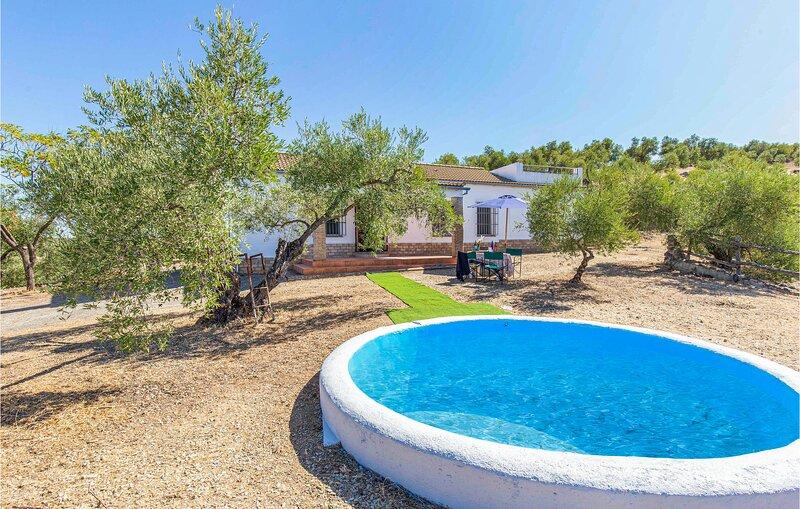 Nice home in La Puebla de los Infan with Outdoor swimming pool and 3 Bedrooms (E, aluguéis de temporada em Hornachuelos