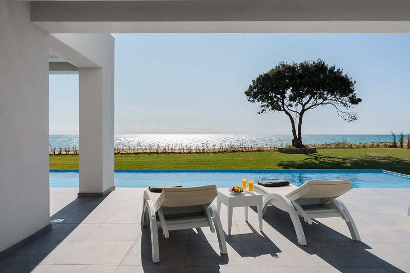LUXURY SEAFRONT VILLA - PRIVATE HEATED INFINITY POOL - JACUZZI - PLAYGROUND, casa vacanza a Corfù