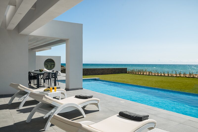 LUXURY SEAFRONT VILLA - PRIVATE HEATED INFINITY POOL - JACUZZI - VILLA NAFSIKA, holiday rental in Chalikounas